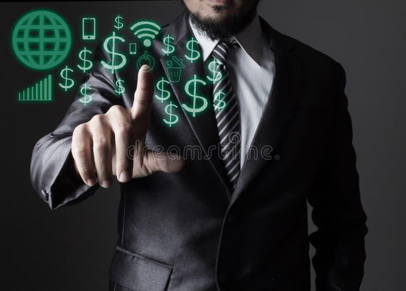 Biznesowy mężczyzna w popielatym kostiumu macaniu z ikony ogólnospołecznym medialnym pojęciem zdjęcia stock