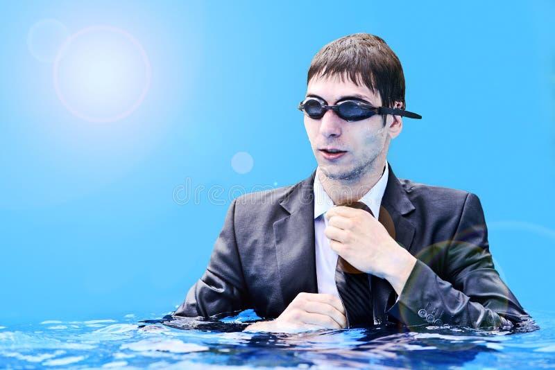 Biznesowy mężczyzna w wodzie no jest opóźniony dla spotkania fotografia stock