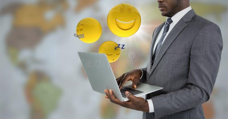Biznesowy mężczyzna z laptopem i emojis z racą przeciw rozmytej mapie ilustracja wektor