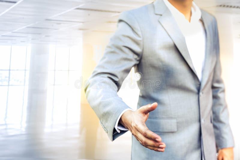 Biznesowy mężczyzna z otwartą ręką przygotowywającą pieczętować transakcję, partner, co zdjęcia royalty free