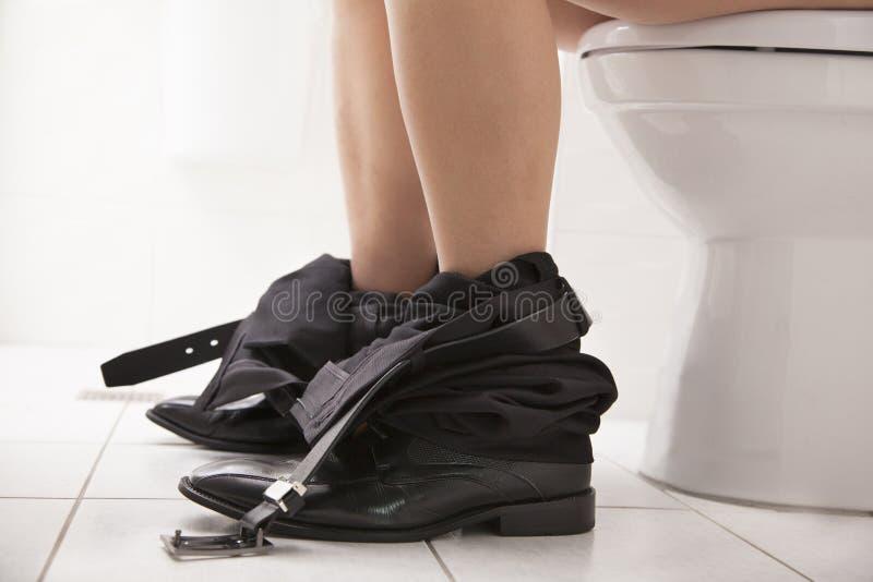 Biznesowy męski obsiadanie na toaletowym siedzeniu obraz royalty free
