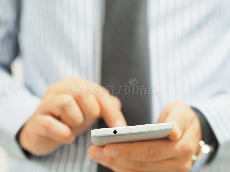 Biznesowy m??czyzna u?ywa smartphone fotografia stock