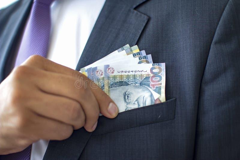 Biznesowy m??czyzna w kostiumu kryje 100 zeluje rachunki, Peruwia?ski waluty poj?cie zdjęcia royalty free