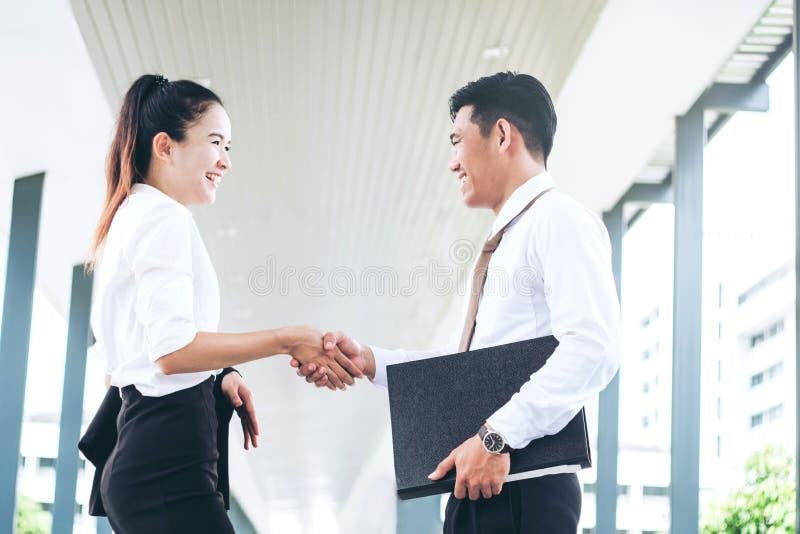 Biznesowy partnerstwa handshaking po uderzać transakcję outdoors przy obraz stock