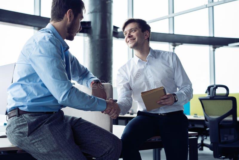 Biznesowy partnerstwa spotkania poj?cie Biznesmena u?cisk d?oni Pomy?lny biznesmena handshaking po dobrej transakci zdjęcia stock