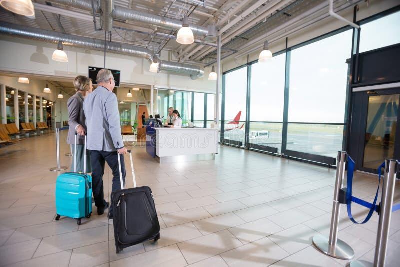 Biznesowy pary odprowadzenie W kierunku przyjęcia W lotnisku obrazy royalty free