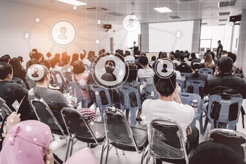 Biznesowy pojęcie: asia ludzie słuchają w biznesowym konwersatorium presen obraz royalty free