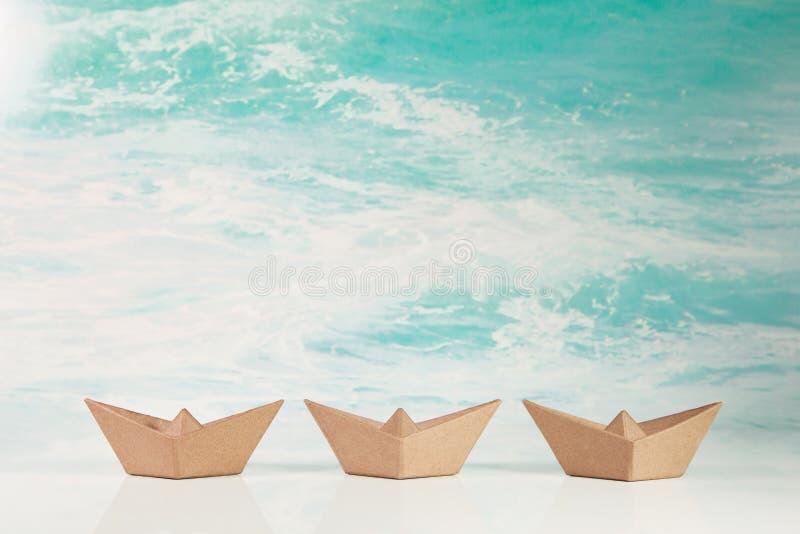 Biznesowy pojęcie dla wyzwania i ruchu: trzy papierowej łodzi o zdjęcie stock