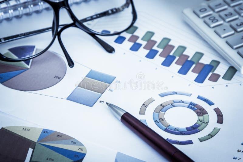 Biznesowy pojęcie, pióro, eyeglasses i kalkulator, obrazy royalty free