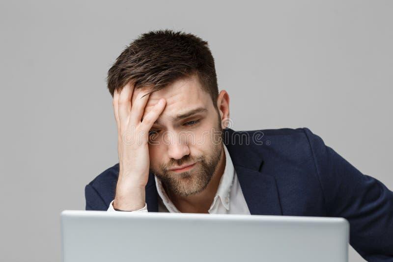Biznesowy pojęcie - portreta przystojny stresujący biznesowy mężczyzna patrzeje pracę w laptopie w kostiumu szoku Biały tło zdjęcia stock