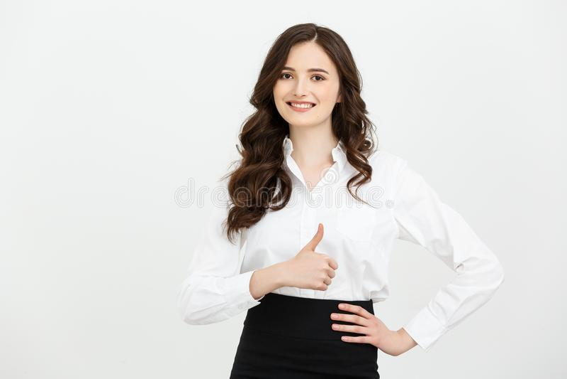 Biznesowy pojęcie: Ufna młoda rozochocona kobieta pokazuje kciuk up Odizolowywający nad popielatym kopii przestrzeni tłem zdjęcia royalty free