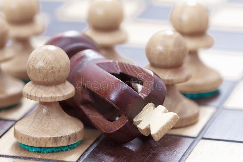 Biznesowy pojęcie wygrana, porażka, straty Chessboard lub postacie pionkowie i królewiątko zdjęcia royalty free