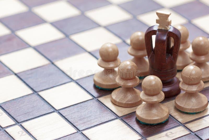 Biznesowy pojęcie wygrana, porażka, straty Chessboard lub postacie pionkowie i królewiątko fotografia royalty free