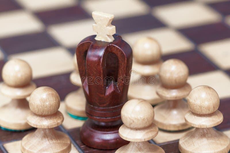 Biznesowy pojęcie wygrana, strata, końcówka gra Chessboard, królewiątko i pionkowie obraz stock