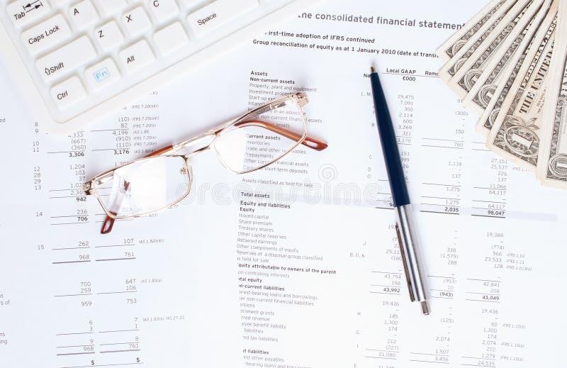 Biznesowy pojęcie z kalkulatorem, szkłami i piórem na sprawozdaniach finansowych, obrazy royalty free