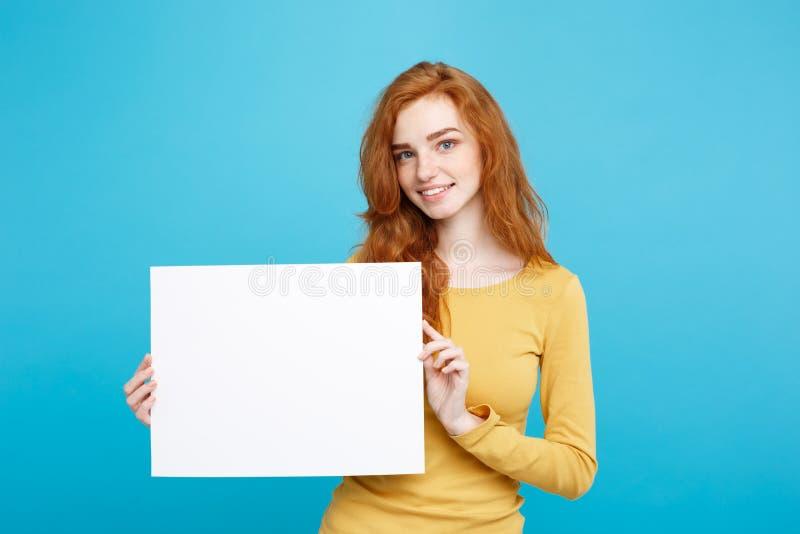 Biznesowy pojęcie - zakończenie w górę portreta redhair młodej pięknej atrakcyjnej dziewczyny ono uśmiecha się pokazywać puste mi obraz stock