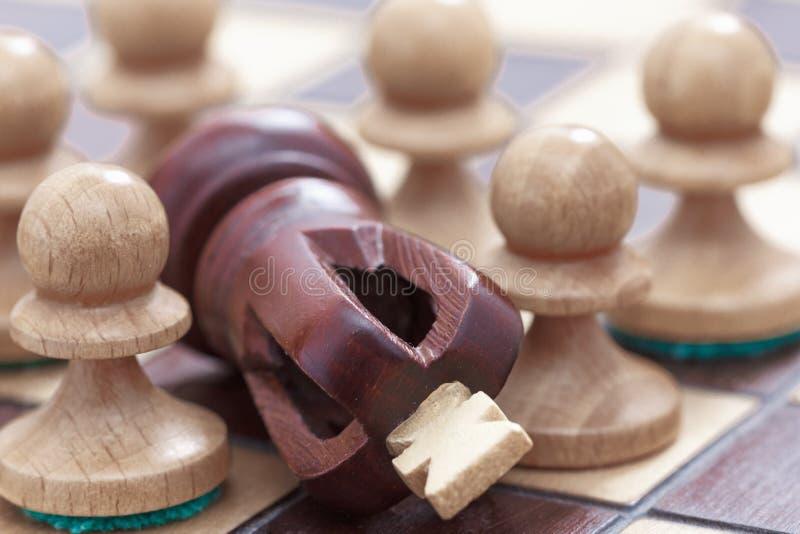 Biznesowy poj?cie wygrana, pora?ka, straty Chessboard lub postacie pionkowie i kr?lewi?tko obrazy stock