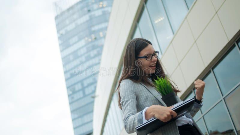 Biznesowy przeniesienie, przemiana lepszy praca Ochotnicza dymisja, młoda kobieta rezygnował od firmy obraz stock