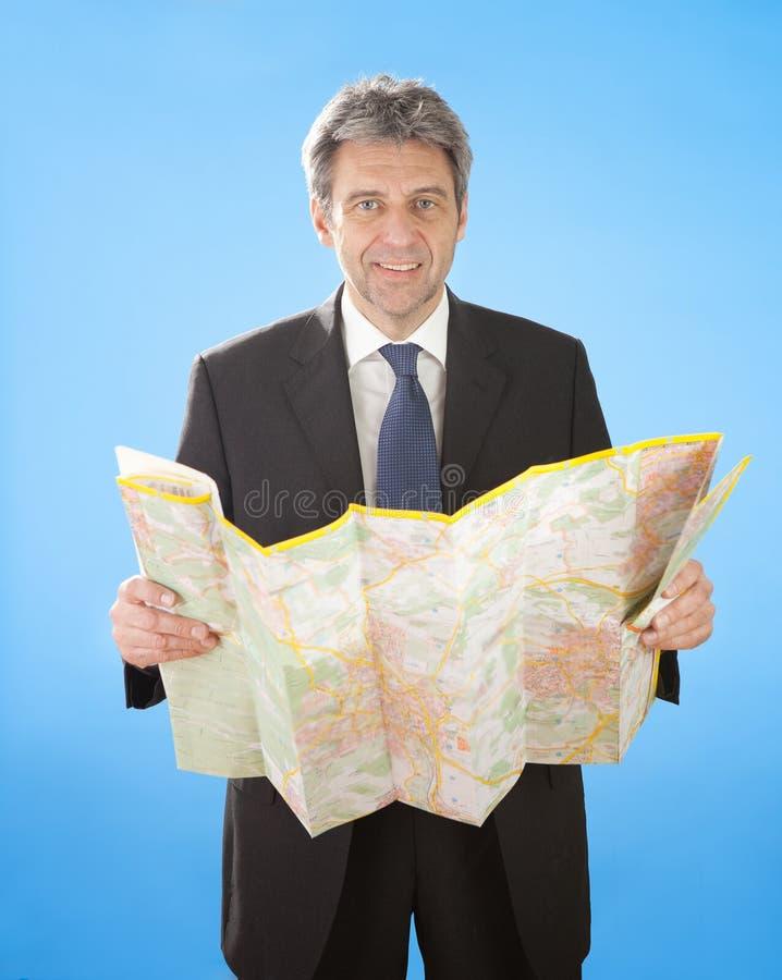 biznesowy przyglądający mężczyzna mapy senior zdjęcie royalty free