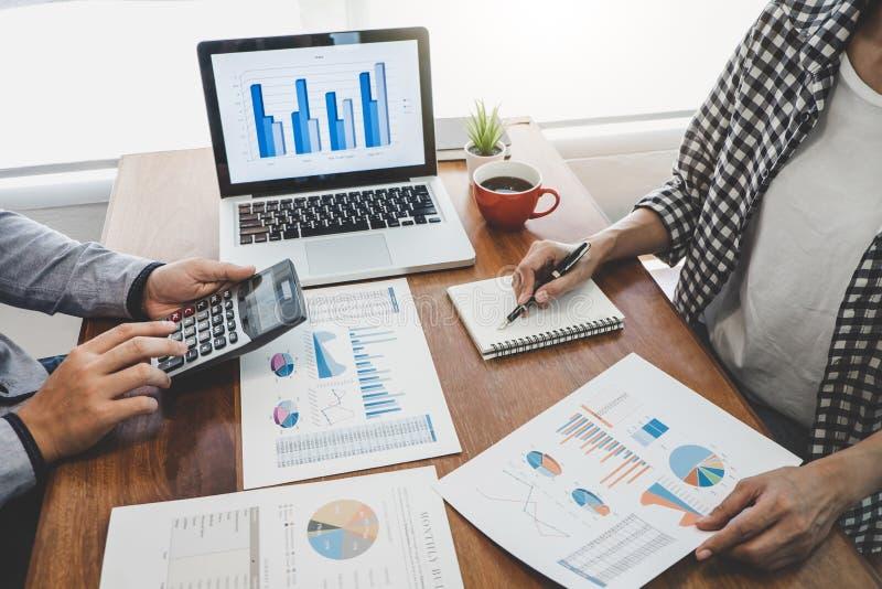 Biznesowy przypadkowy drużynowy spotkanie pracuje z nowymi początkowymi projekta, dyskusji i analizy dane wykresy i, komputerowy  zdjęcia stock