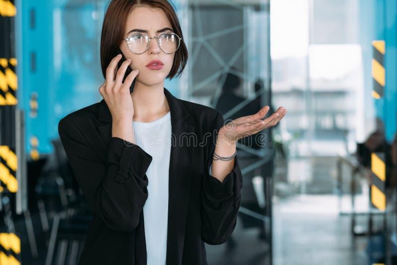 Biznesowy rozmowy troubleshooting pracownika telefon obrazy royalty free