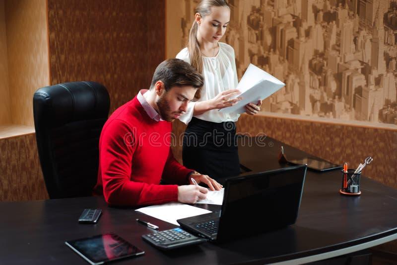Biznesowy specjalista i sekretarka pracuje w nowożytnym biurze zdjęcie royalty free