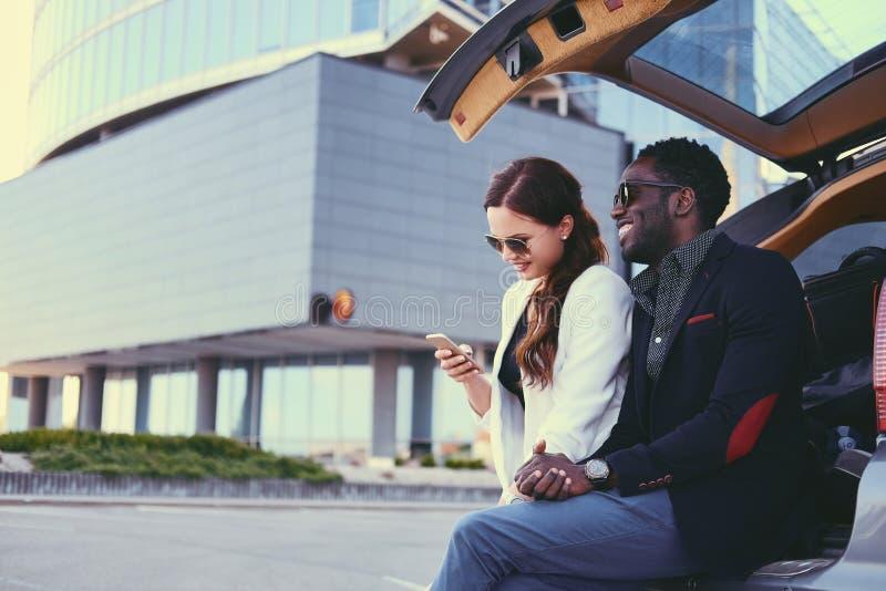 Biznesowy spotkanie blisko samochodu w śródmieściu fotografia royalty free