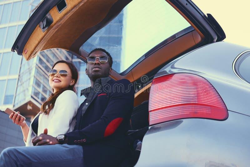 Biznesowy spotkanie blisko samochodu w śródmieściu obrazy stock
