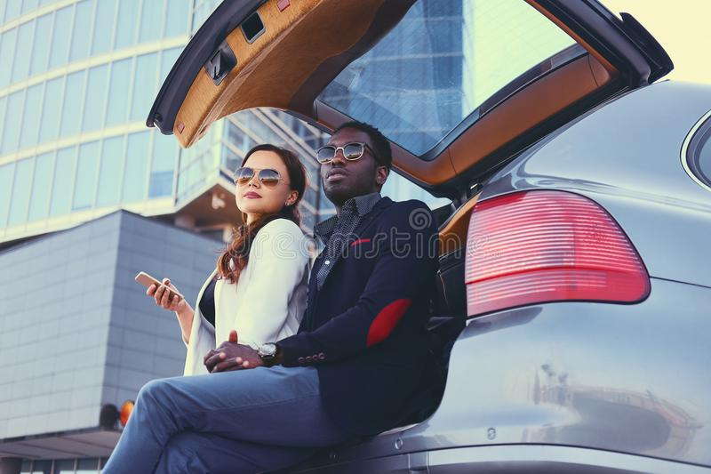 Biznesowy spotkanie blisko samochodu w śródmieściu obrazy royalty free