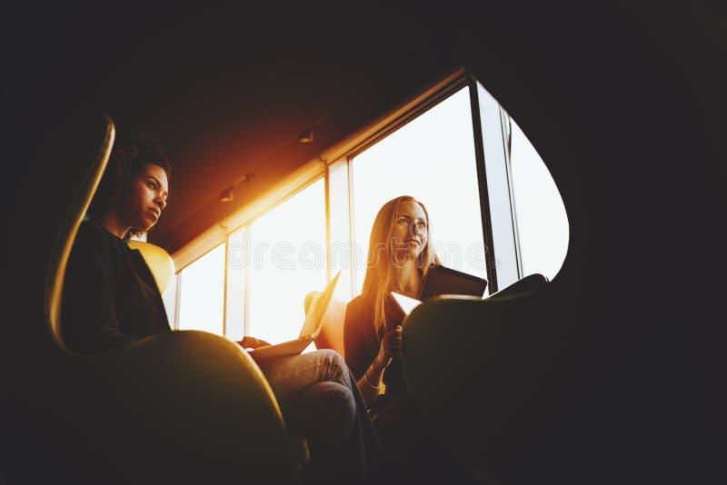 Biznesowy spotkanie dwa żeńskiego kolegi zdjęcia stock
