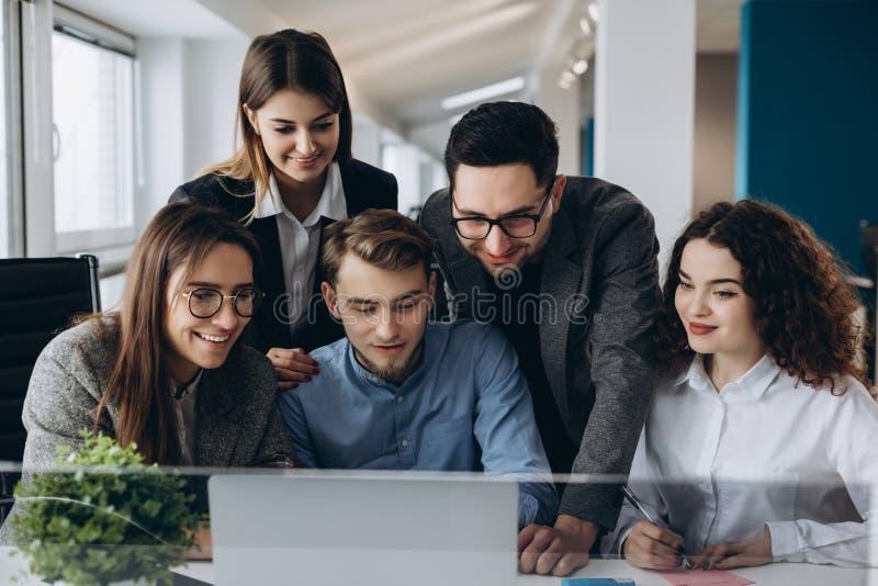 Biznesowy spotkanie, Młodego coworker drużynowa robi wielka biznesowa dyskusja z komputerem w działania biurze Pracy zespołowej p zdjęcie royalty free