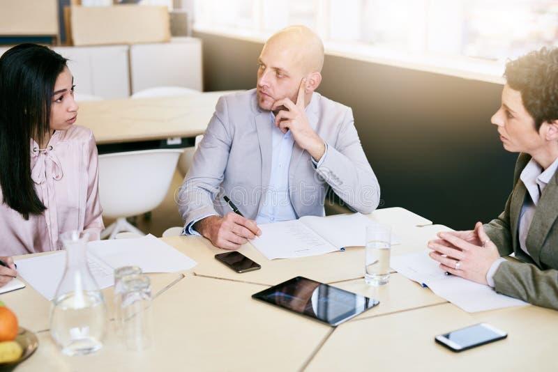 Biznesowy spotkanie między trzy fachowymi partnerami wcześnie w ranku zdjęcie stock