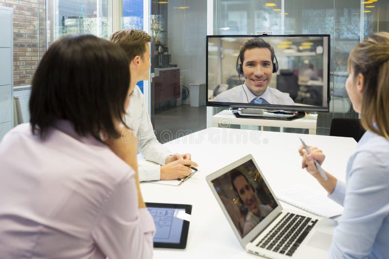 Biznesowy spotkanie w biurze, grupa biznesmeni W wideo przeciwie fotografia royalty free