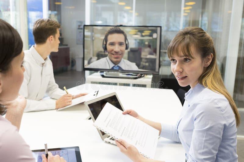 Biznesowy spotkanie w biurze, grupa biznesmeni W wideo przeciwie obraz royalty free
