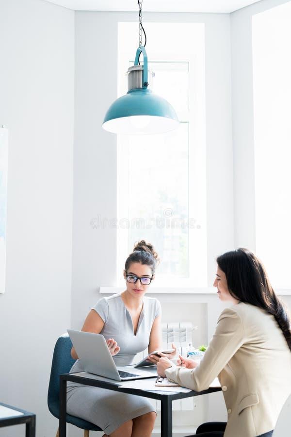 Biznesowy spotkanie w Nowożytnej kawiarni obraz royalty free