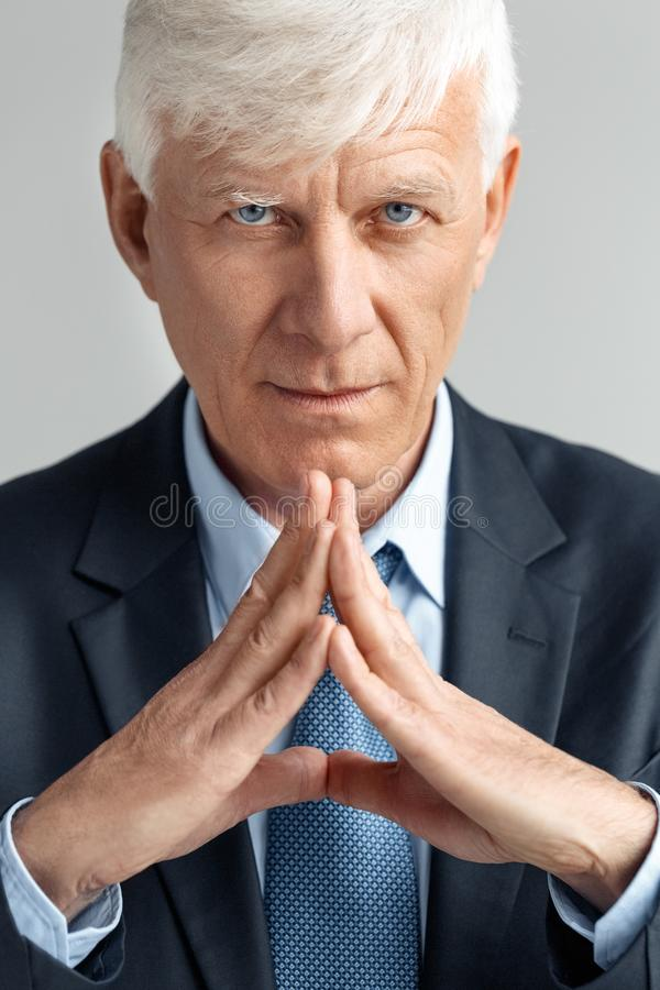 Biznesowy styl życia Biznesmen pozycja na szarych rękach w władza gescie ufnym w górę zdjęcia stock