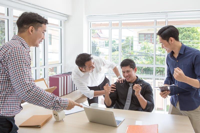 Biznesowy successCelebrate sukces Biznes drużyna świętuje dobrą pracę w biurze obraz stock