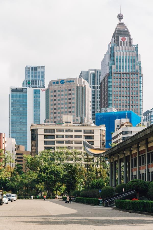 Biznesowy teren z nowo?ytnym wysokim wzrostem buduje widok od terenu Krajowy Dr Sun Yat-sen Memorial Hall w Taipei, Tajwan zdjęcie stock