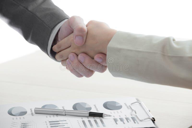Biznesowy uścisk dłoni i ludzie biznesu fotografia royalty free