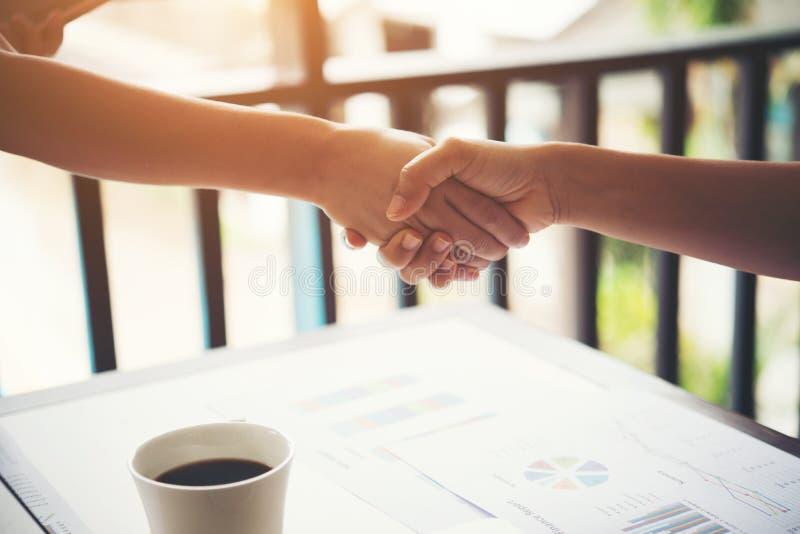 Biznesowy uścisk dłoni i ludzie biznesu biznes dokonuje pojęcie zdjęcie royalty free