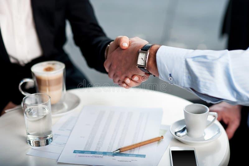 Biznesowy uścisk dłoni nad kawą zdjęcie royalty free