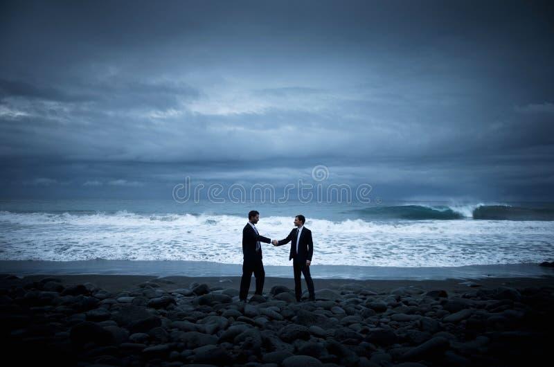 Biznesowy uścisk dłoni plaży współpracy pojęcie fotografia stock