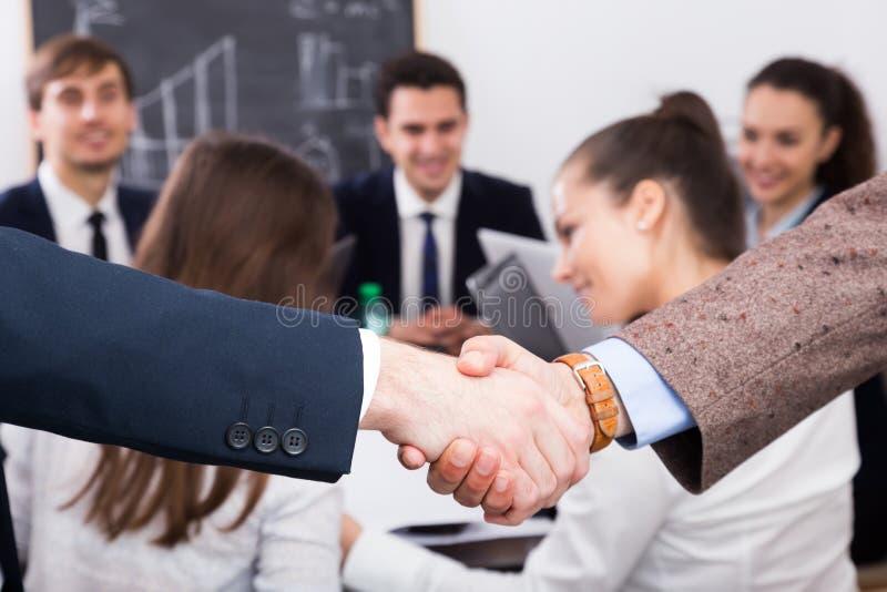 Biznesowy uścisk dłoni przy biurowym spotkaniem fotografia royalty free