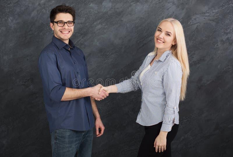Biznesowy uścisk dłoni przy korporacyjnym spotkaniem fotografia stock