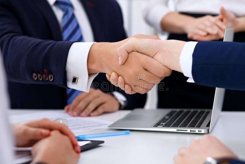 Biznesowy uścisk dłoni przy spotkaniem lub negocjacją w biurze zdjęcie royalty free