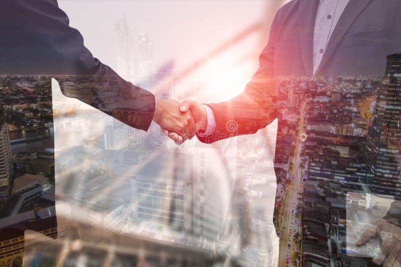 Biznesowy ujawnienie ludzie biznesu trząść rękę z partnerem, pomyślnym negocjuje zdjęcia royalty free