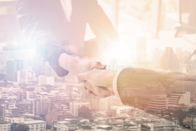 Biznesowy ujawnienie ludzie biznesu trząść rękę z partnerem, pomyślnym negocjuje pojęcie obraz stock