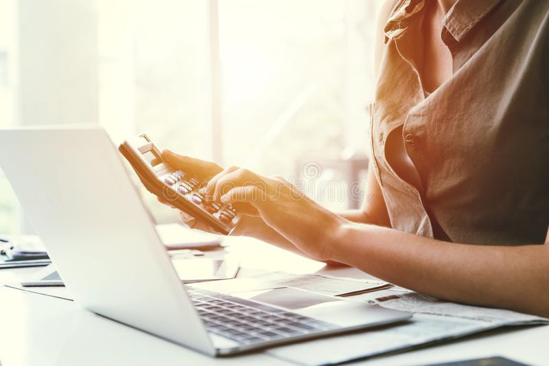 Biznesowy urzędnik używa kalkulatora kalkulować koszt pieniężnego zdjęcia royalty free