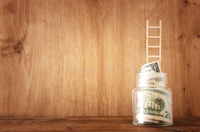 Biznesowy wizerunek oszczędzania zgrzyta i drabina, pieniądze inwestycja i pieniężny wzrostowy pojęcie, fotografia royalty free