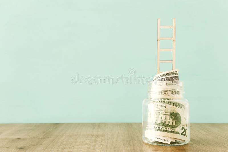 Biznesowy wizerunek oszczędzania zgrzyta i drabina, pieniądze inwestycja i pieniężny wzrostowy pojęcie, zdjęcie stock